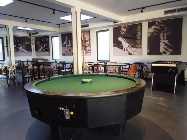 Kulatý poolbilliardový stůl - rarita v Cafe Harlequin
