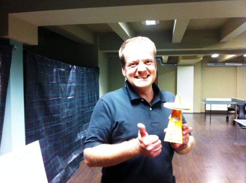 Petr Mandlík s trofejí, pivním táckem v kulečníkovém, billiardovém klubu Harlequin Praha 10, při ping pongovém turnaji