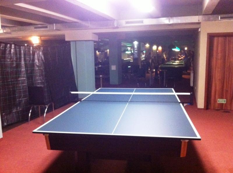 Pohled do klubu čtvrtý ping pongový stůl v provozu, billiard, kulečník, Bowling, Laserová střelnice, šipky, fotbálek, restaurace, bar, poker turnaje