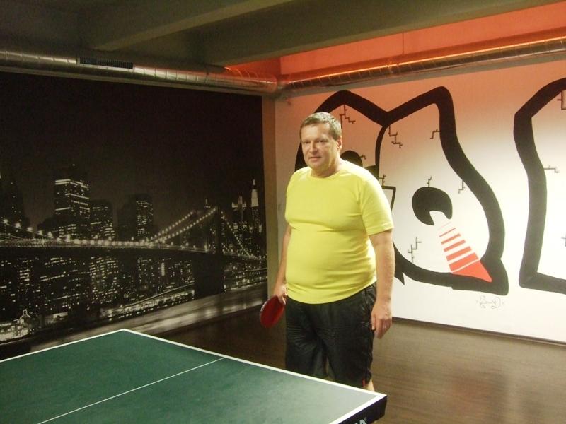 Ivan Courton nečekal fotografa                      kulečník - billiard - snooker - ping pong - stolní tenis - Praha 10 - Harlequin Praha - bowling - šipky - fotbálek - zábava - feremní večírky - svatby