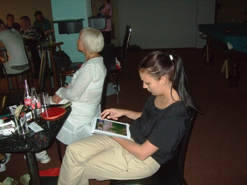 Michaela Madová a její volná chvilka, když zrovna neporáží chlapy v ping pongu!                      kulečník - billiard - snooker - ping pong - stolní tenis - Praha 10 - Harlequin Praha - bowling - šipky - fotbálek - zábava - feremní večírky - svatby